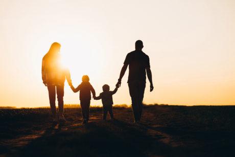 Familia en una puesta de sol